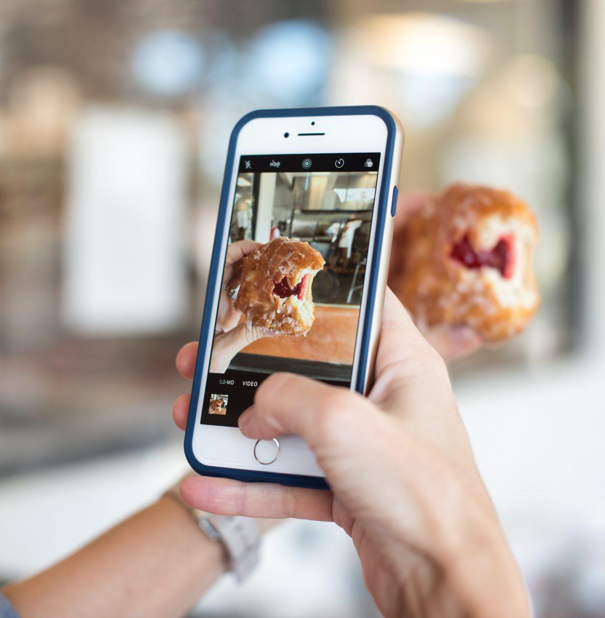 Pessoa a tirar fotografia a gelado com o smartphone