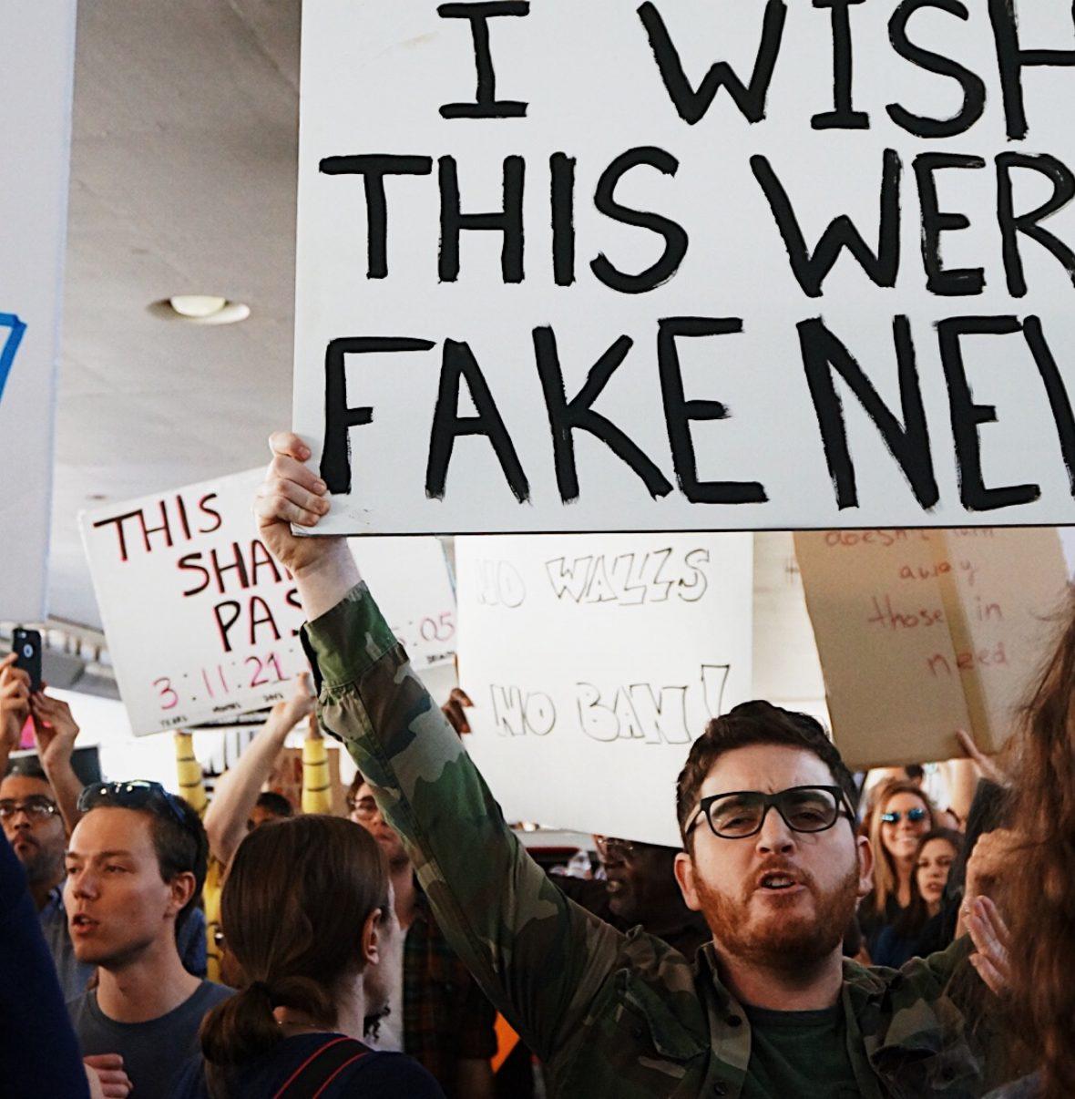 Pessoas a manifestarem-se contra as fake news