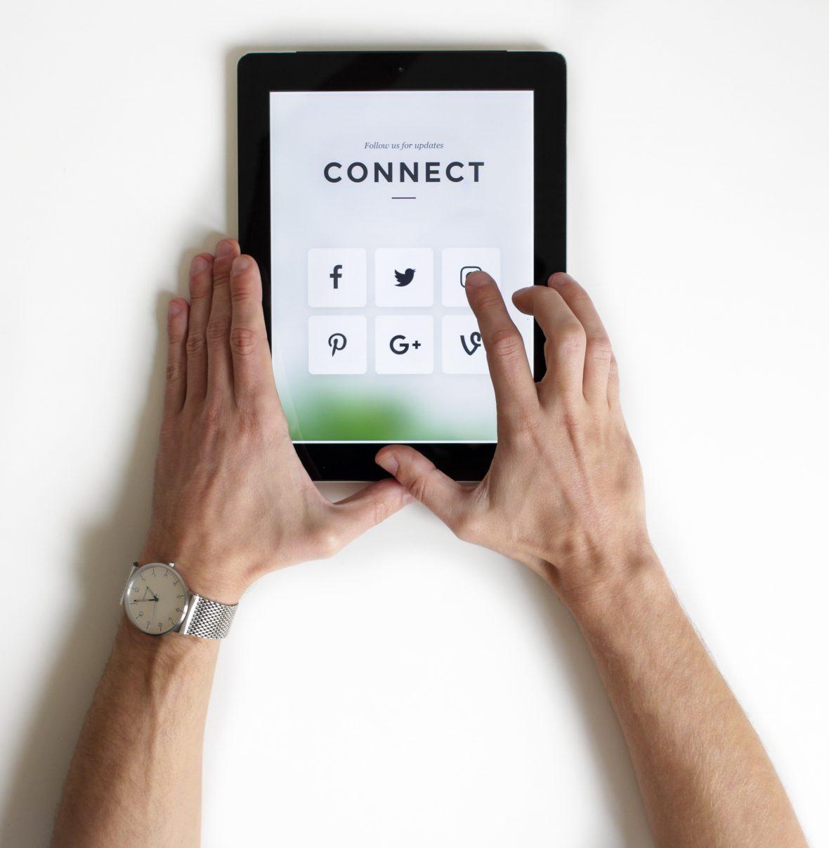 Pessoa com um tablet