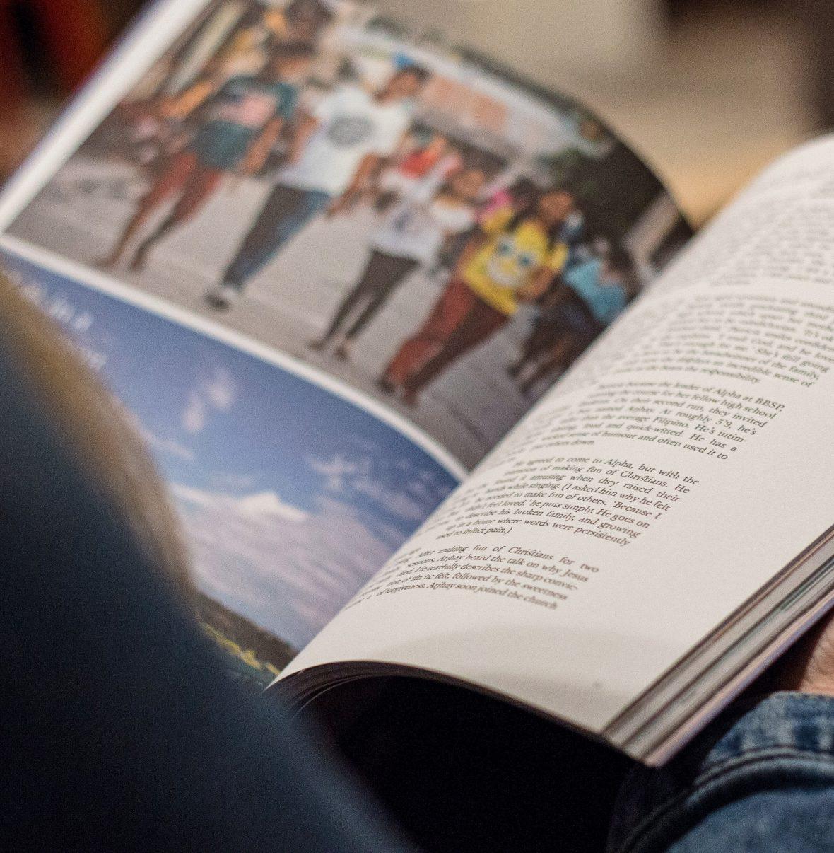Pessoa a ler uma revista