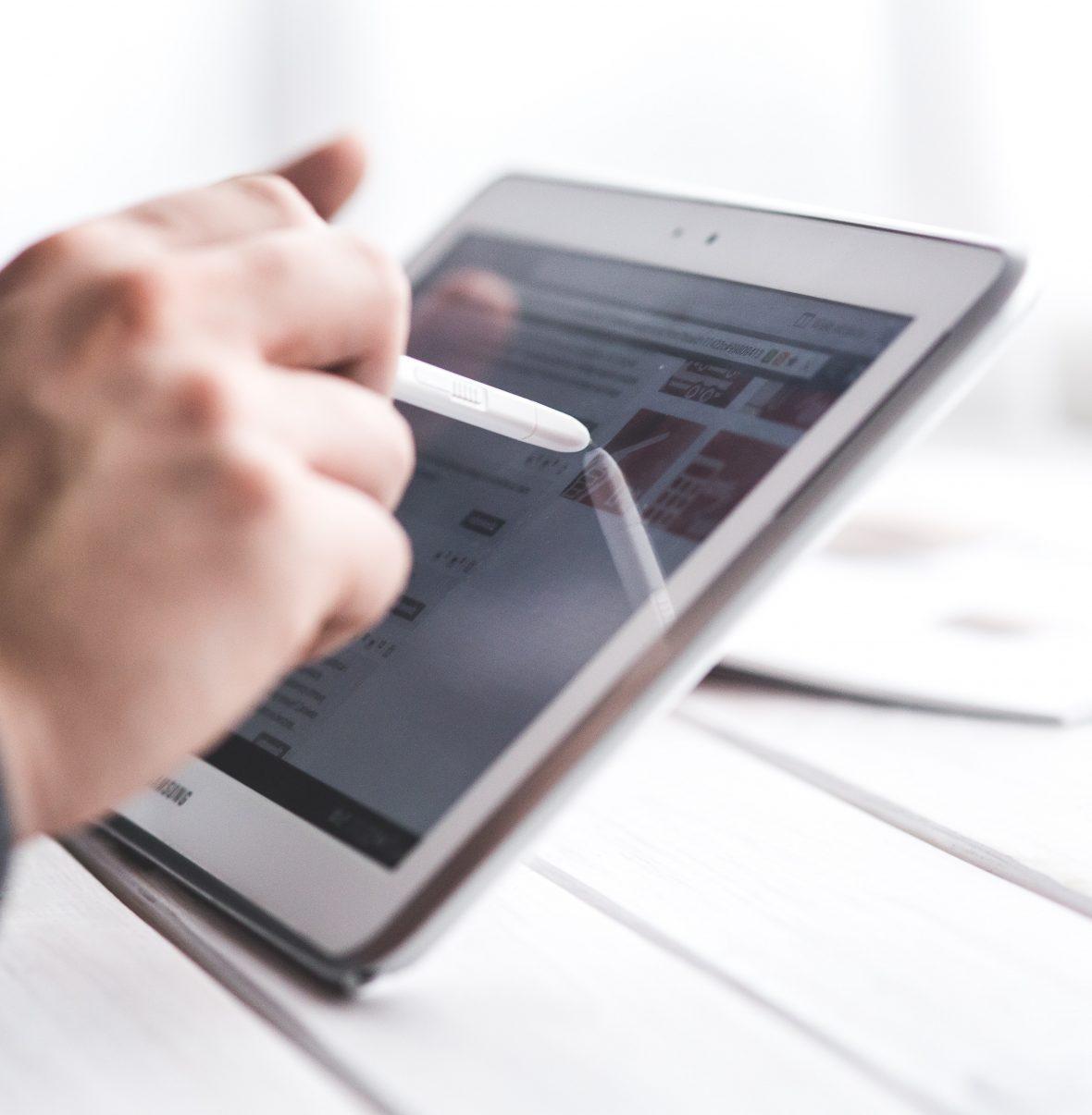 Pessoa a utilizar um tablet